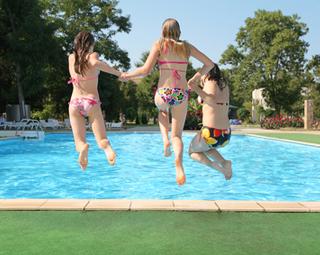 duschspiele im schwimmbad bikini verloren